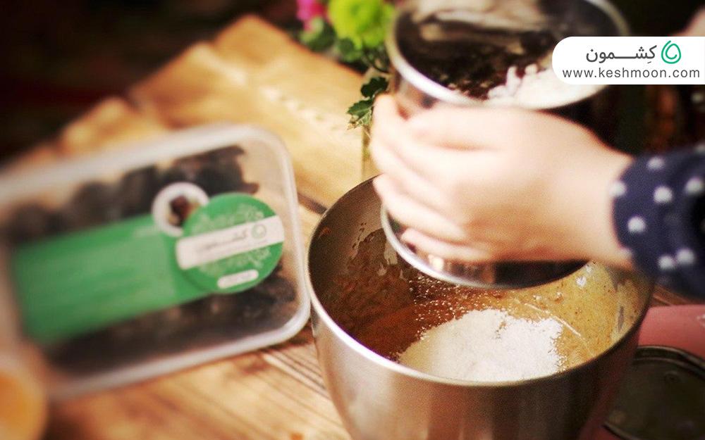 ترکیب آرد به مواد کیک
