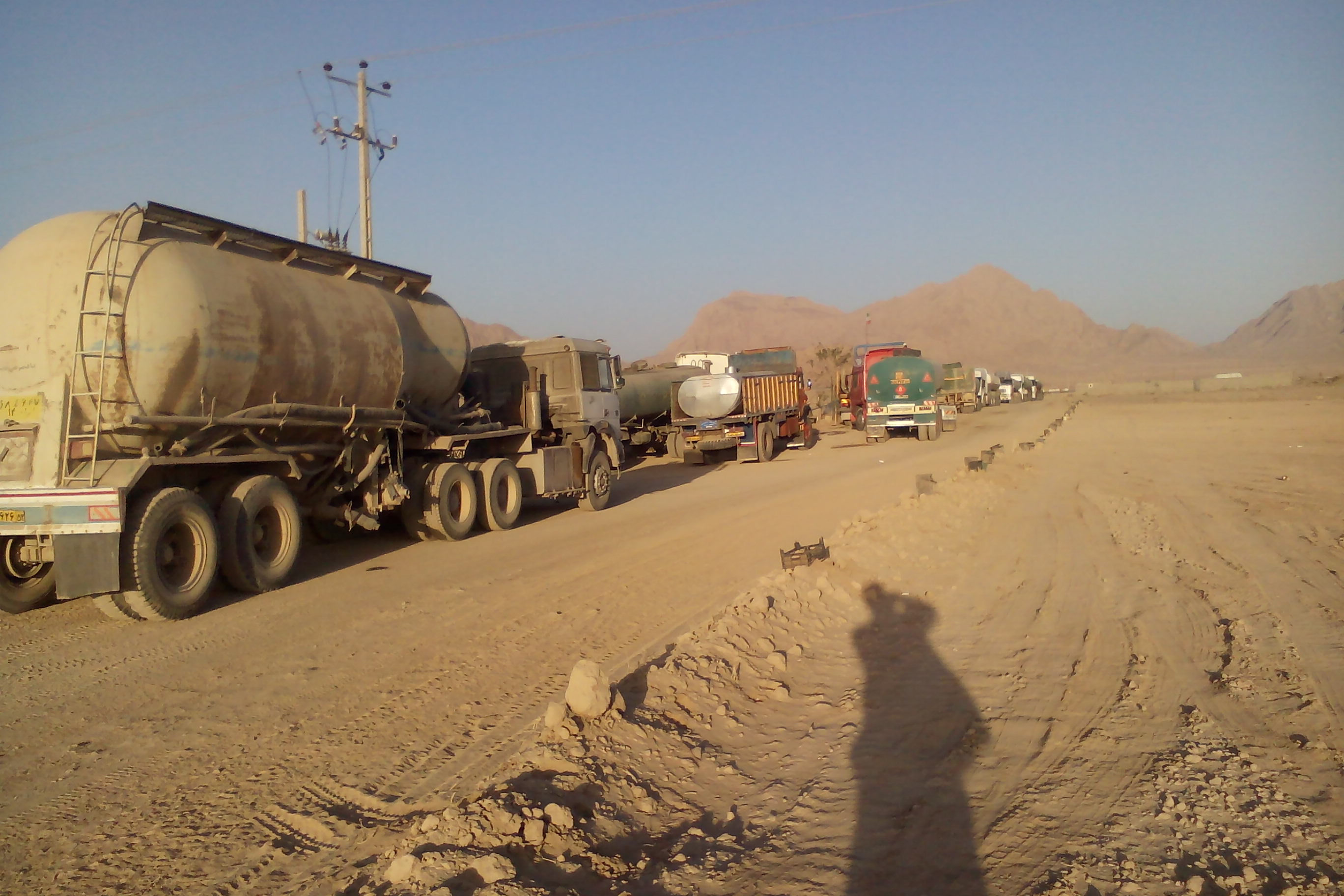 صف تانکرها برای خرید آب برای مزارع زعفران
